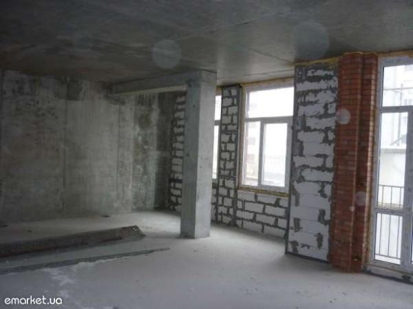 У нас есть пол, стены и потолок. Чтобы приступить к чистовой отделке, нужно обеспечить квартиру теплом.