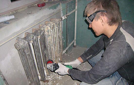 Удаление старого покрытия с радиатора с помощью «болгарки»
