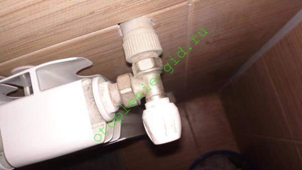Угловой клапан для подключения радиатора: игольчатый дроссель и американка в одном корпусе.