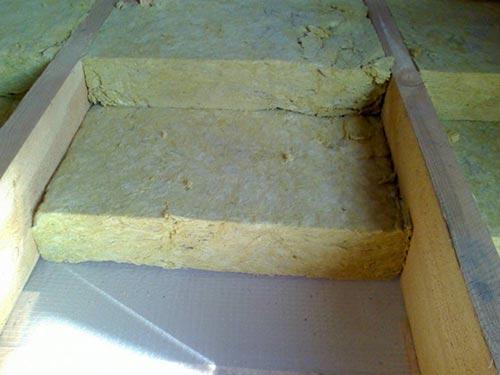 Укладка минеральной ваты на слой пароизоляции