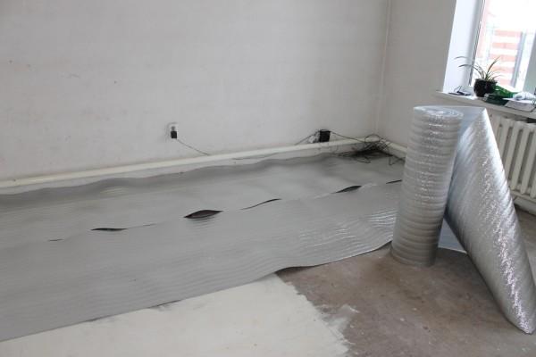 Укладка рулонной фольгированной теплоизоляции