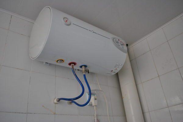 Установка горизонтального бойлера позволит сэкономить место в небольшой ванной комнате.