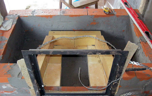 Установленная дверца с базальт-картоном по бокам