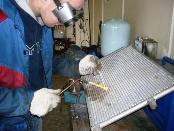 Устранять дефекты радиаторов из алюминия сложно, но можно даже без специального оборудования