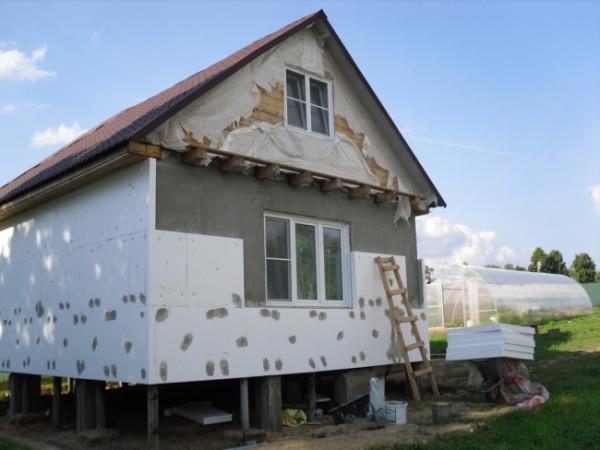 Утепление стен может уменьшить теплопотери в несколько раз.
