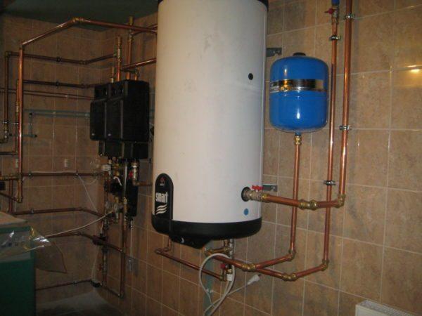 В частном доме бойлер можно установить в подсобном помещении или в гараже.