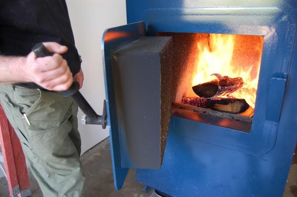 В дровяной котел приходится топливо загружать вручную.