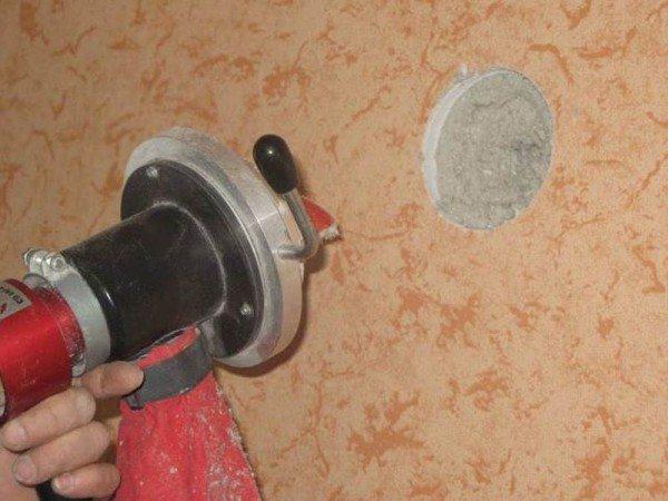 В этом случае вы должны надежно закреплять подающий элемент в отверстие, чтобы при работе шланг не выскочил
