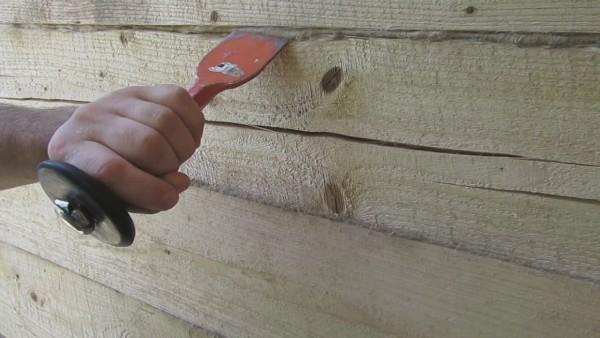 В итоге пакля не должна выступать за поверхность стены