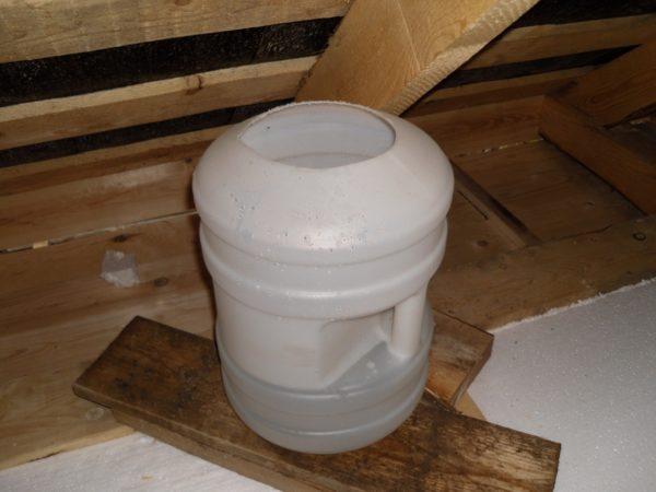 В качестве открытого расширительного бачка может использоваться любая металлическая или пластиковая емкость, герметично подключенная к розливу.