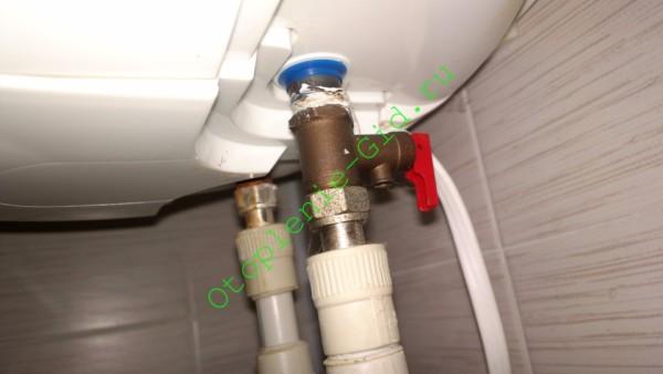 В некоторых бойлерах обратный клапан расположен внутри корпуса. На входе монтируется только предохранительный.