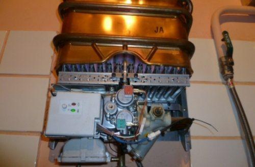 В процессе горения газа нагревается теплообменник, который передает тепло змеевику