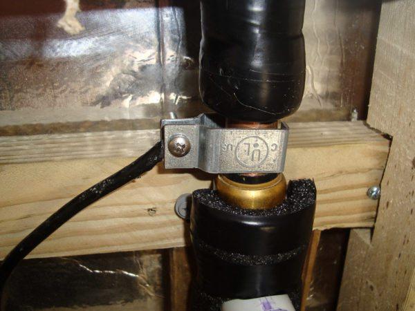 Вариант заземляющего контакта на медной трубе