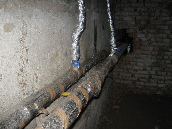 Вентиля на стояках отопления в подвале позволяют отключить и сбросить стояк на время ремонтных работ.