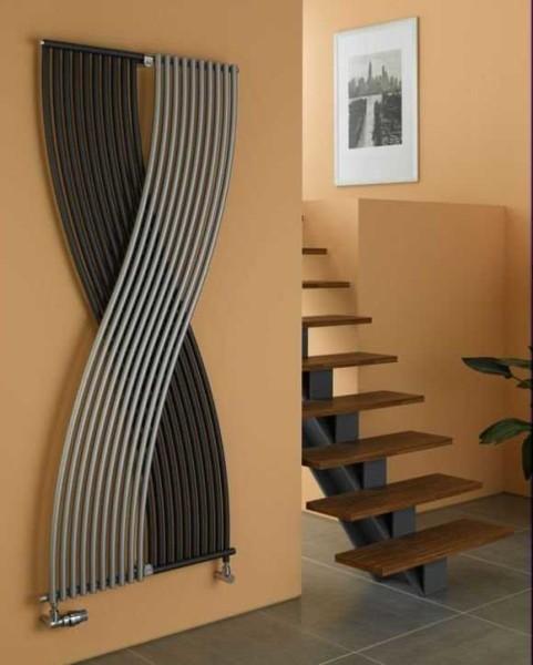 Вертикальный радиатор необычной формы может быть с лёгкостью принят за элемент декора, а не отопления