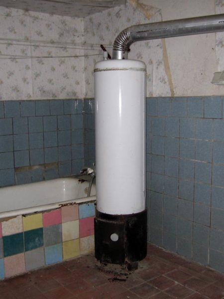 Водонагреватель Титан в ванной комнате частного домовладения.