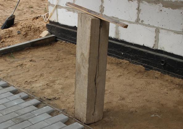 Вот такое простое приспособление поможет утрамбовать песок