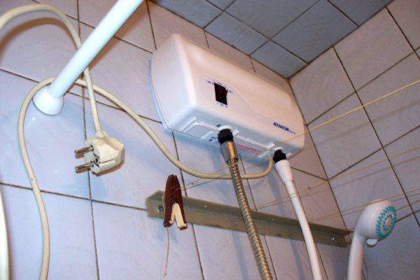 Временное решение: прибор подключен к шлангу душа вместо лейки. За регулировку напора отвечают краны смесителя.