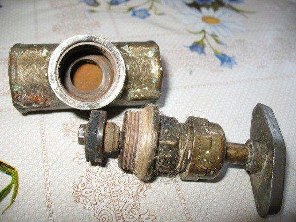 Вскрытый для ремонта винтовой вентиль.