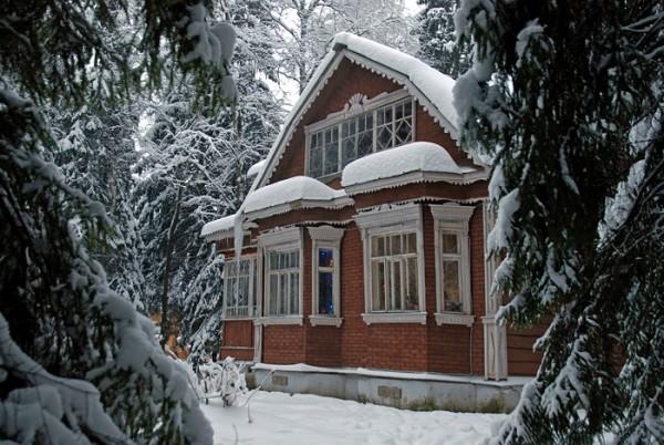 Выезд в загородный дом - всегда праздник. Однако зимой в нем не очень-то тепло. Давайте решим, чем лучше отапливаться.