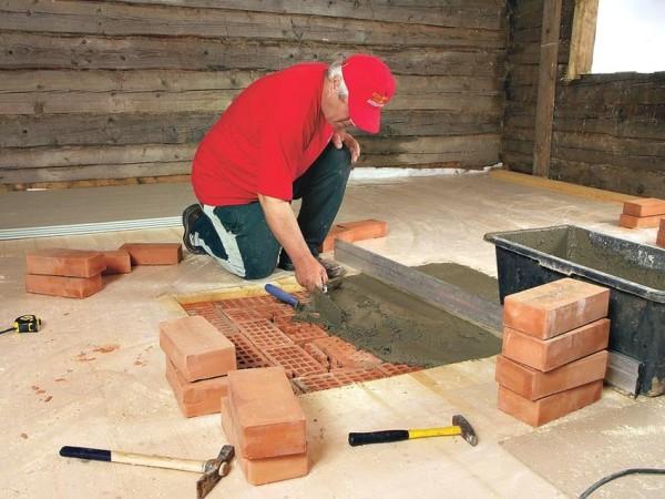 Выравнивание и заливание цементной смеси в фундамент камина