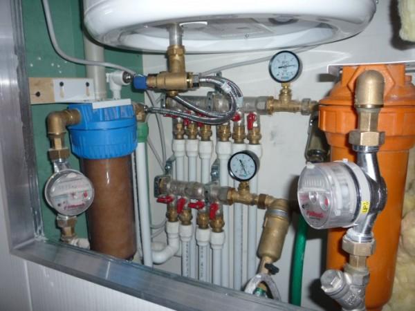 Забор теплоносителя у источника теплоты и его равномерное распределение по системе через гребенку