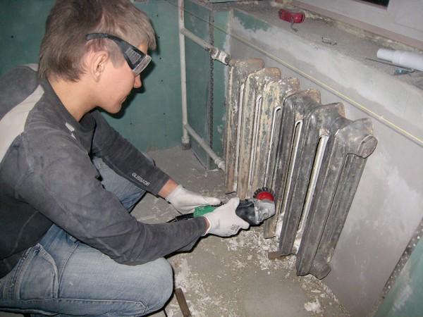 Зачищаем трубы и батареи