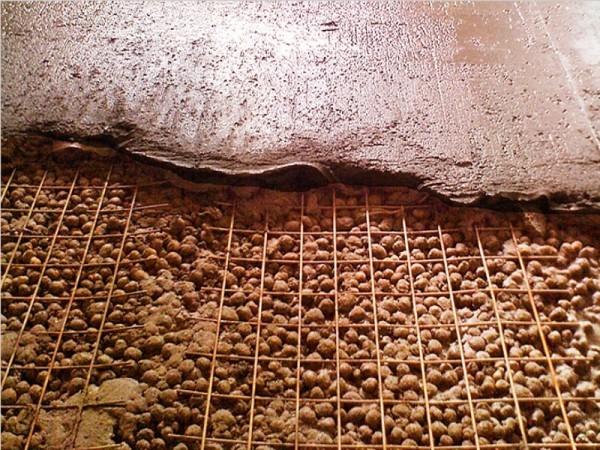Закладка керамзита под армированную бетонную стяжку.