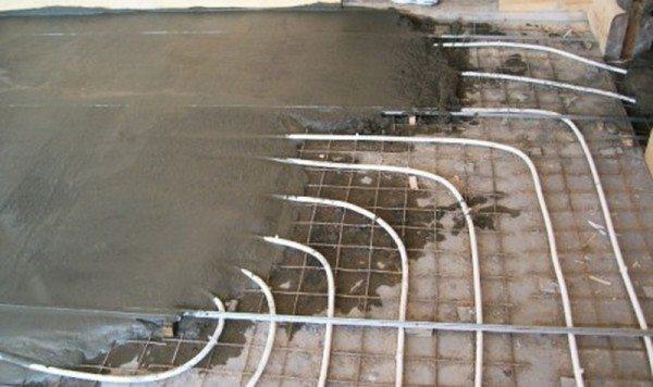 Заливка бетонной стяжки поверх труб.