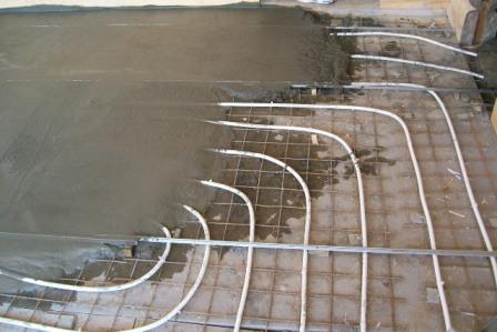 Заливка системы бетонной стяжкой