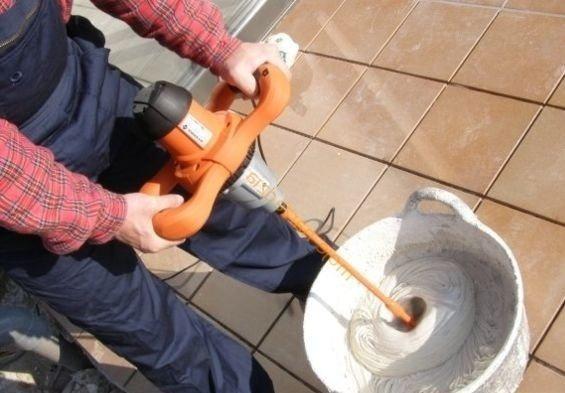Замешивание цементного раствора строительным миксером позволит сэкономить время и силы
