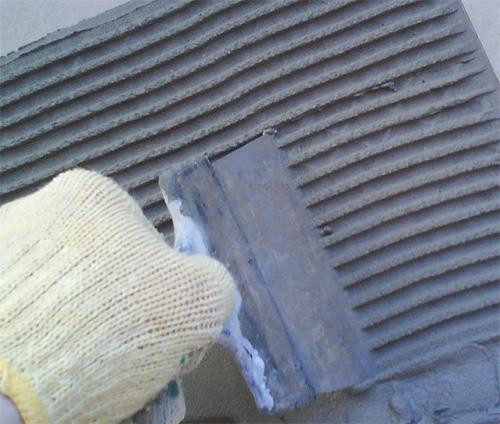 Зубчатый шпатель позволяет выровнять слой по всей плоскости